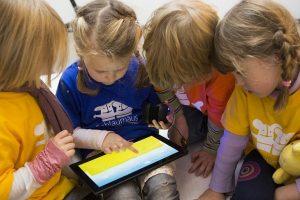 Medikai įspėja: išmanieji prietaisai vėlina vaikų gebėjimą kalbėti