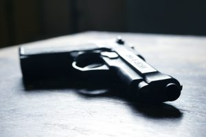 Su pėsčiuoju konfliktavusi vairuotoja švaistėsi pistoletu