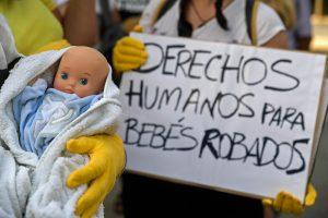 Pagrobtų kūdikių byla: tūkstančiai Ispanijos tėvų ir vaikų ieško vieni kitų