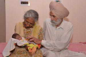 Indijoje 70-metė susilaukė pirmagimio: nesu per sena būti motina