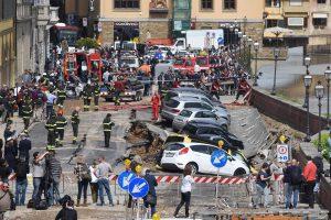 Florencijoje atsivėrusi smegduobė prarijo 20 automobilių