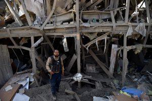Sprogmenų prikrautas sunkvežimis rėžėsi į Kabulo viešbutį: žuvo policininkas
