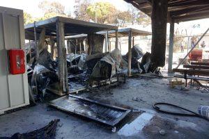 Migrantai Lesbo saloje susirėmė su policija ir padegė administracines patalpas