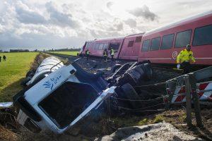 Nyderlanduose traukinys rėžėsi į pienvežį: yra sužeistųjų