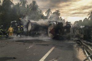 Meksikoje autobusui susidūrus su benzinvežiu žuvo mažiausiai 20 žmonių