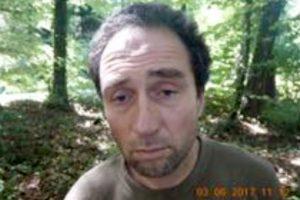 Šveicarijoje ieškoma motoriniu pjūklu žmones užpuolusio vyro