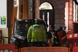 Londone prie teatro taksi ant šaligatvio partrenkė kelis pėsčiuosius