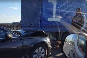Islandijos plente susidūrė net šeši automobiliai, susidarė spūstys