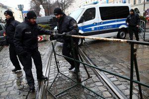 Vokietijoje automobilis rėžėsi į pėsčiuosius, trys sužeisti (užpuolikas pašautas)
