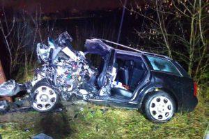 """Tragedija Jonavos rajone: """"Audi"""" rėžėsi į geležinkelio tiltą, vairuotojas žuvo"""