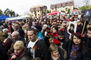 Paminėti sovietų pergalės į Antakalnio kapines susirinko šimtai žmonių