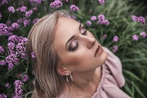 Viešnios makiažas ir šukuosena – kaip rasti aukso vidurį?
