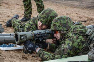 Karių pratybose priešiškas pajėgas imitavo tikros kovos mašinos