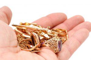 Iš parduotuvės išnešė ir kailius, ir auksinius papuošalus