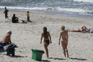 Vasaros išsiilgę žmonės skuba į paplūdimius