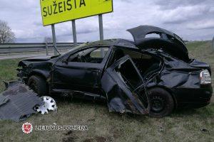 Griovyje atsidūrusį automobilį sustabdė ženklas apie žuvusius kelyje