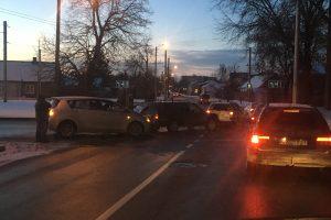 Spūstį sukėlė trijų automobilių avarija