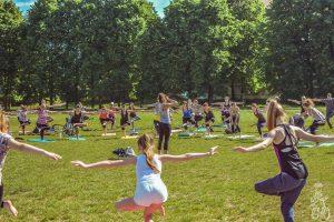 VDU Botanikos sode minės tarptautinę jogos dieną