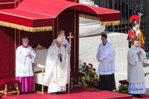 """Popiežius pakelė į altoriaus garbę """"Karmelio Gėlelės"""" tėvus"""