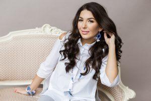 Besilaukianti S. Gelašvili-Niūniavė tapo papuošalų modeliu