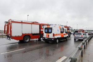 Avarija ant Mokyklos gatvės viaduko: iš suknežintos mašinos moterį vadavo ugniagesiai