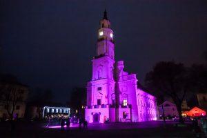 Kauno rotušė vėl nušvito purpurine spalva