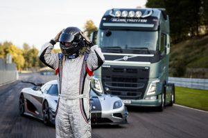 """""""Volvo FH"""" meta iššūkį vienam greičiausių sportinių automobilių """"Koenigsegg One:1"""""""