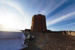 Gedimino kalne – pavojus pėsčiųjų takui ir gynybinės sienos fragmentui