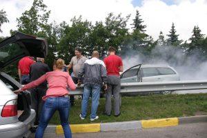 Vairuotojai padėjo užgesinti degantį automobilį