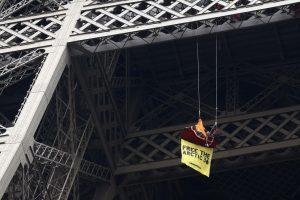"""""""Greenpeace"""" aktyvistas prie Eifelio bokšto protestuoja prieš Rusiją"""