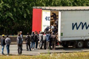 Migrantai veržiasi į Europą lyg plėšikai