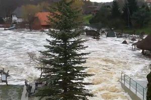 Vėl atsirita potvynio banga