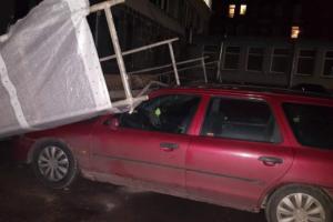 Kauno centre ant automobilio užgriuvo pastoliai