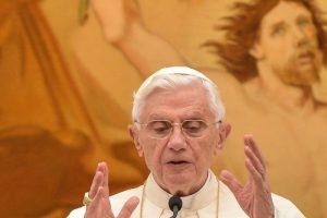 Atsistatydinęs popiežius Benediktas XVI slapta aplankė ligoninėje gydomą brolį