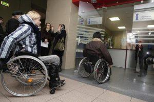 Neįgaliųjų kelionėms traukiniu trūksta specialių keltuvų