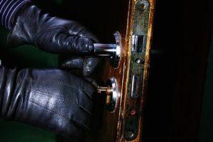 Vagys grobė meškeres ir kitus žūklės įrankius