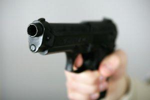 Rusas grasino nušauti žmoną