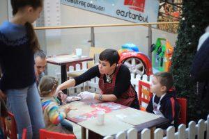 N. Marčėnaitė su vaikais iš globos namų kepė meduolius