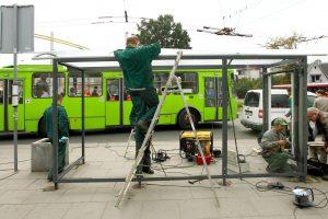 Teismas: Kauno valdžios sutartis dėl stotelių stoginių įrengimo – neteisėta