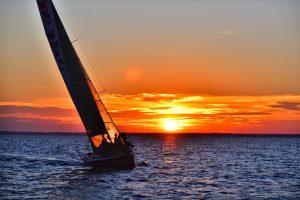Gilią Joninių naktį Klaipėdoje vyko tradicinė jachtų regata