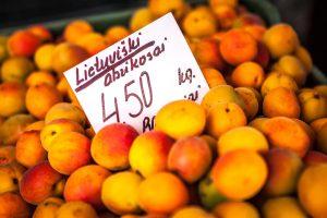 Turgaus prekystalius užkariauja lietuviški abrikosai