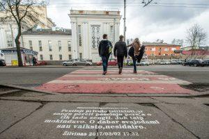 Gatvėse užrašyti priekaištai pėstiesiems: patys nesisaugoja, paskui verkia
