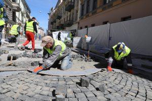 Rekonstruojamoje Vilniaus gatvėje jau klojamos trinkelės