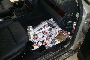 Šalčininkietis cigarečių pakelius sugrūdo į mašinos kondicionieriaus ertmę