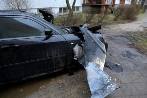 Mažeikiuose padegtas policijos pareigūno asmeninis automobilis