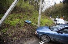 Automobilis Panemunėje išmėgino stulpo tvirtumą