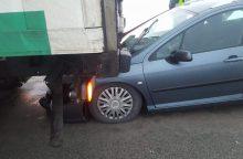 """Avarija Kretingos rajone: nuo smūgio """"Peugeot"""" atsidūrė po sunkvežimiu"""
