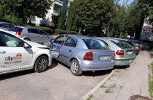 """""""CityBee"""" ir vėl akiratyje: daugiabučio kieme Kaune apgadino šešis automobilius"""