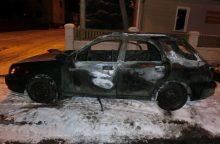 """Naktį Kaune supleškėjo """"Subaru"""", įtariamas padegimas"""