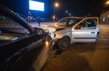 """Avarija Kaune: sankryžoje susikūlė BMW ir """"Renault"""" automobiliai"""